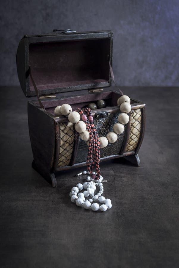 Une boîte à bijoux en bois gravée par antiquité images libres de droits