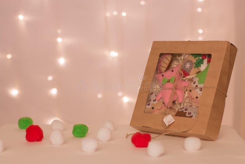 Une boîte avec un ensemble de jouets de feutre faits de porcs, nains, étoiles et supports faits main de biscuits dans la perspect image libre de droits