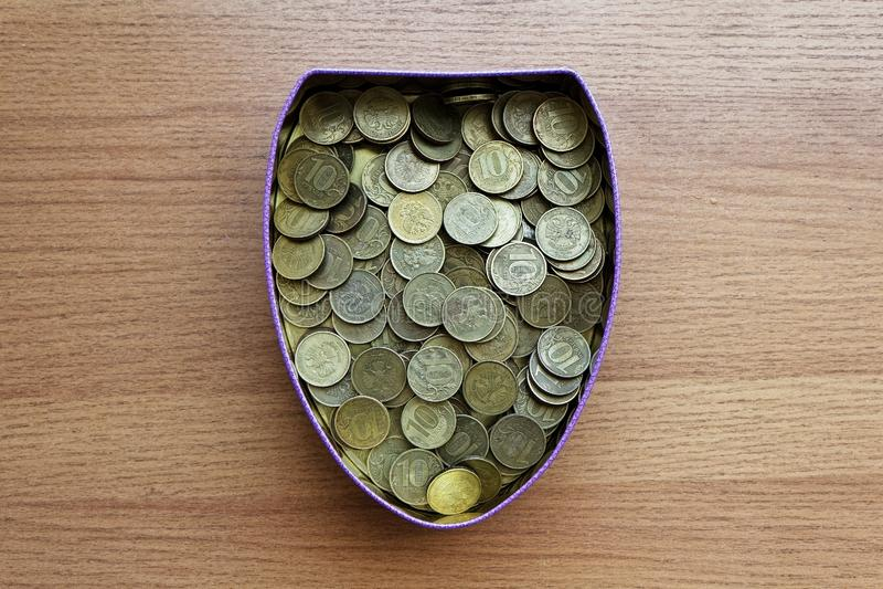 Une boîte complètement de pièces de monnaie russes de dix-rouble photo stock