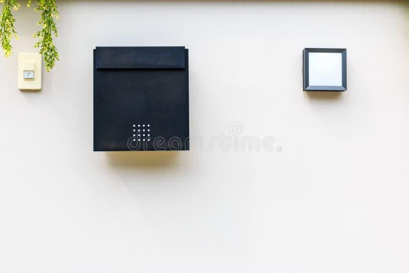 Une boîte de courrier avec un caisson lumineux et une sonnette branchent W blanc images libres de droits