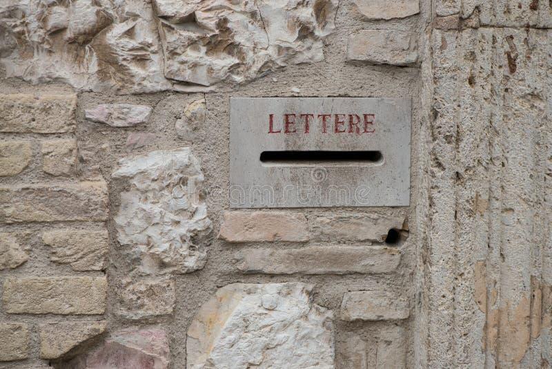 Une boîte de lettre en pierre italienne dans un village médiéval Boîte aux lettres antique en Italie photographie stock