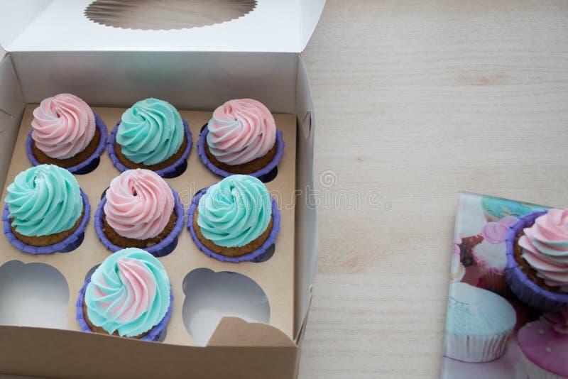 Une boîte de petits gâteaux avec deux mensonges vides de l'espace sur la table photos libres de droits