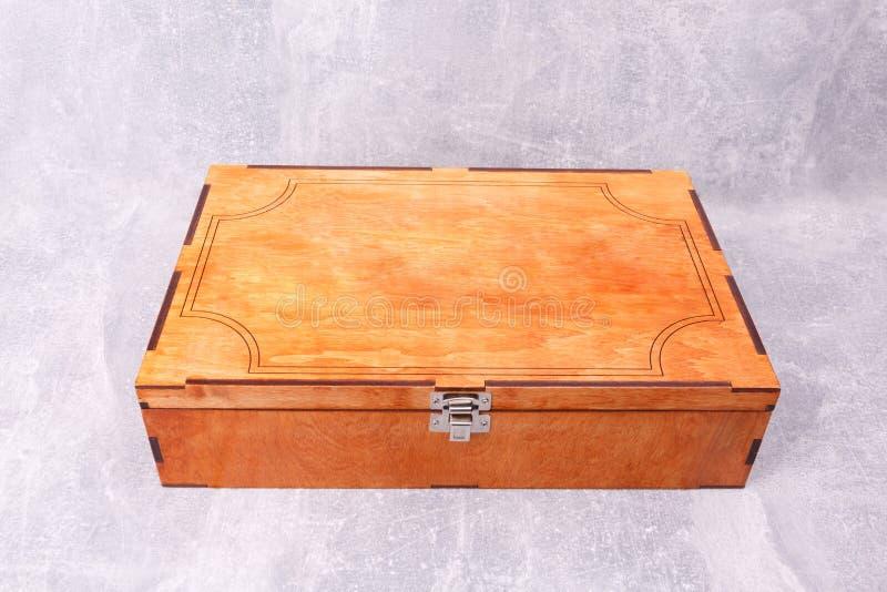 Une boîte en bois de cuisine avec une serrure images libres de droits