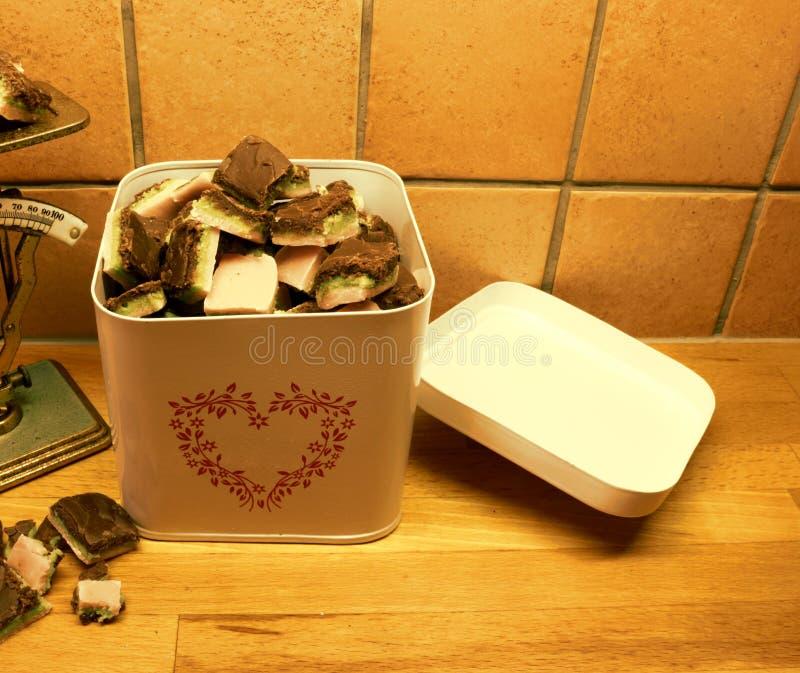 Une boîte métallique excessive avec la sucrerie faite maison de Noël photographie stock