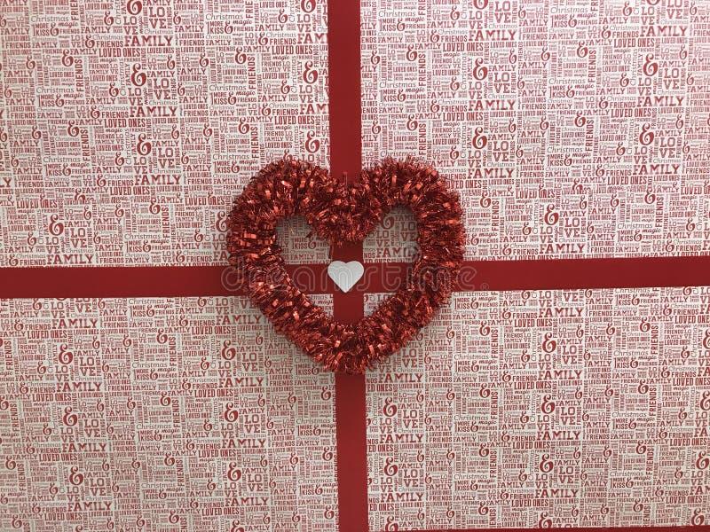 Une boîte rouge avec des arcs et des coeurs rouges image libre de droits