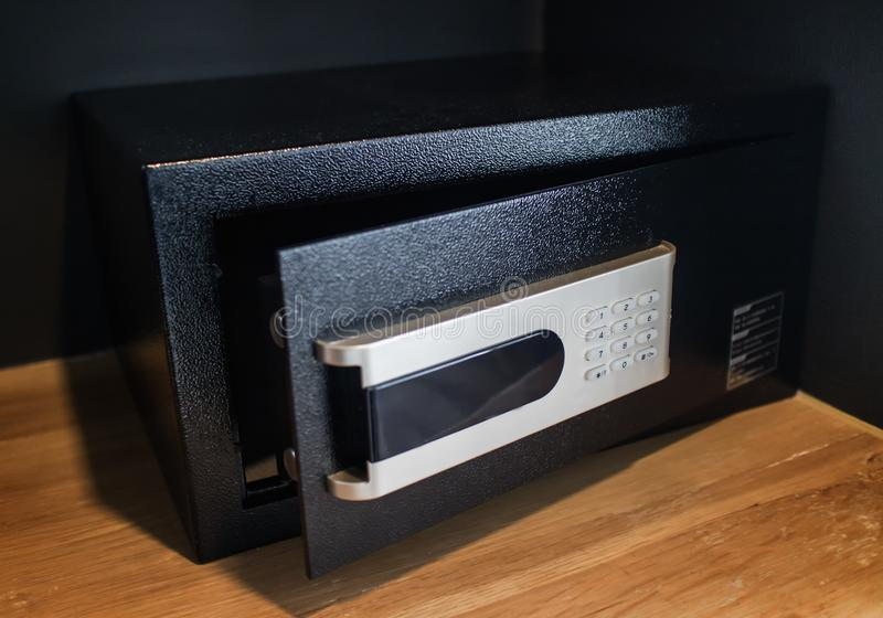 Une boîte sûre noire vide ouverte ou un casier électronique moderne dans la chambre d'hôtel ou la maison photographie stock