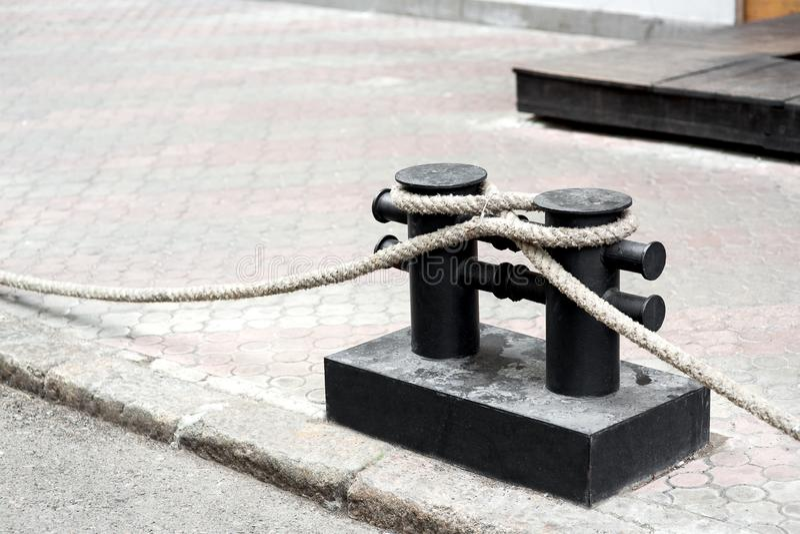 Une borne d'amarrage de fer de couleur noire photographie stock