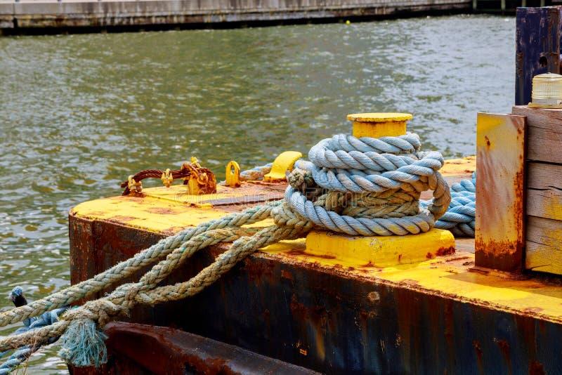 Une borne d'amarrage s'est enlacée avec un port de corde d'amarrage photographie stock