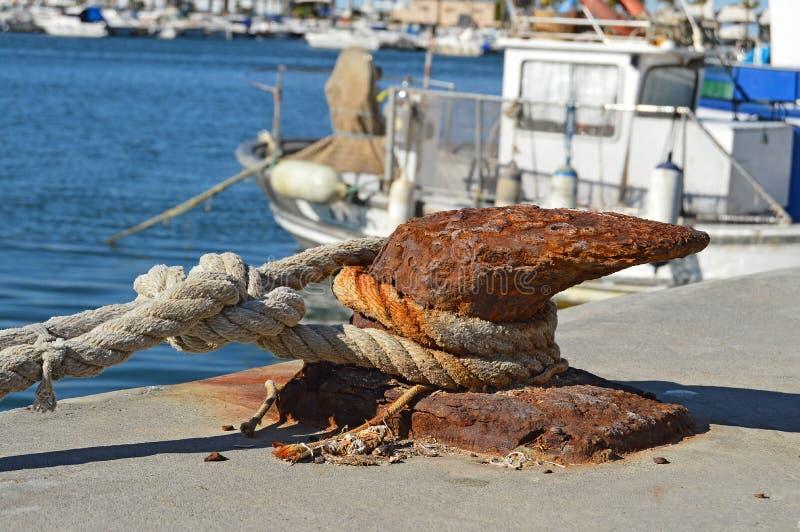 Une borne pour attacher les bateaux image libre de droits
