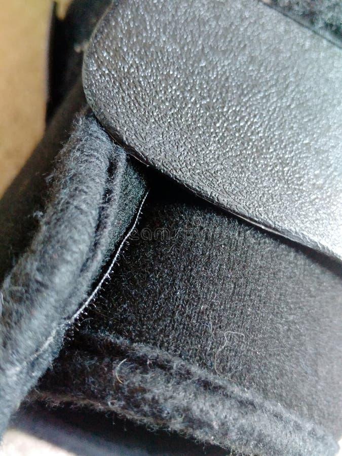 Une botte noire, une fonte ou des chaussures orthopédique ou médicale image stock