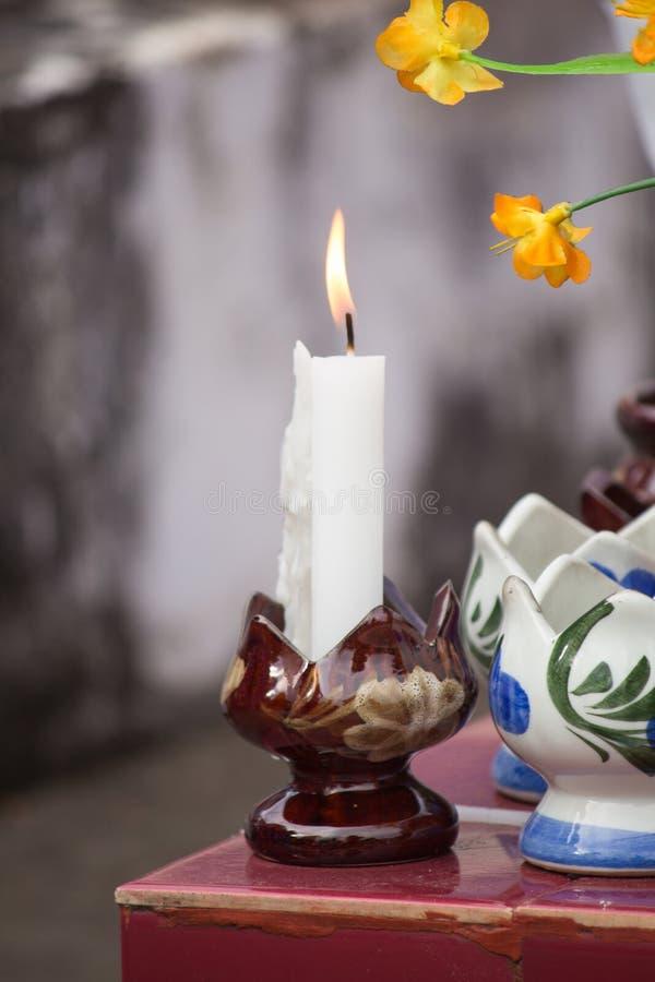 Une bougie blanche brûlante image stock