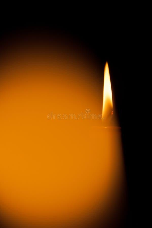 Une bougie brûlante la nuit Symbole de la vie, amour et lumière, protection et chaleur Flamme de bougie rougeoyant sur un fond fo photographie stock