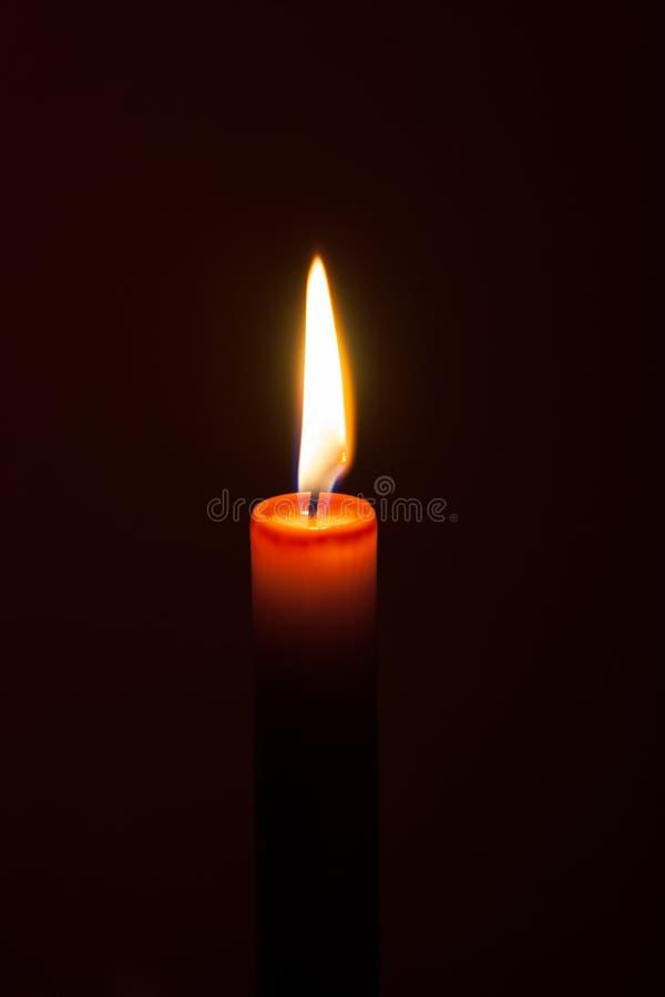 Une bougie brûlante la nuit Symbole de la vie, amour et lumière, protection et chaleur Flamme de bougie rougeoyant sur un fond fo image stock