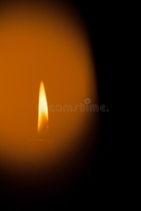 Une bougie brûlante la nuit Symbole de la vie, amour et lumière, protection et chaleur Flamme de bougie rougeoyant sur un fond fo image libre de droits