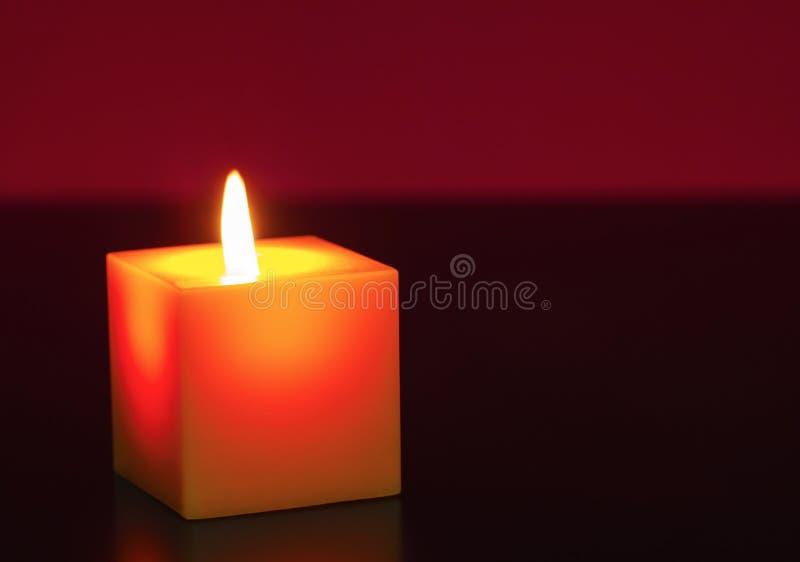 Une bougie brûlante photo libre de droits