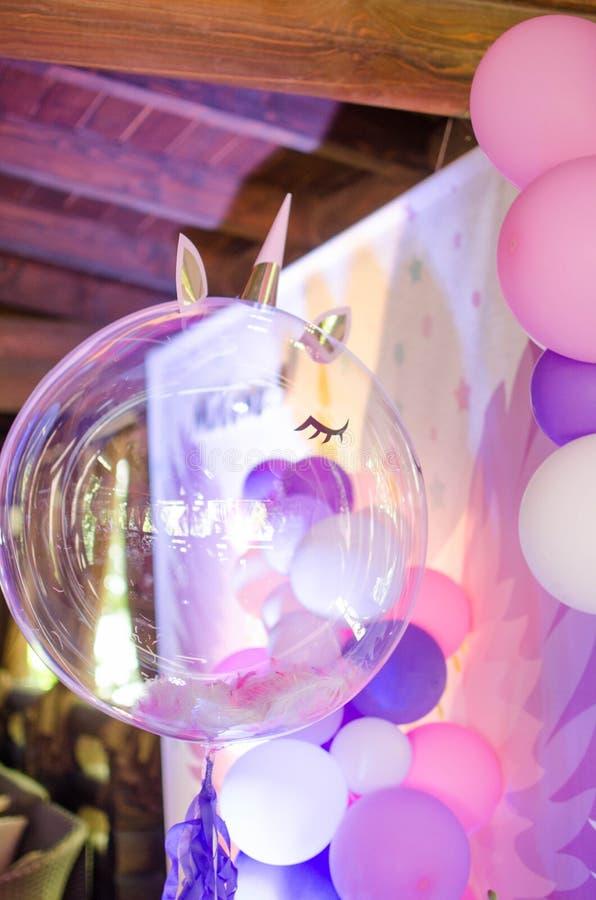 Une boule de fête avec des plumes à l'intérieur sous forme de licorne images libres de droits