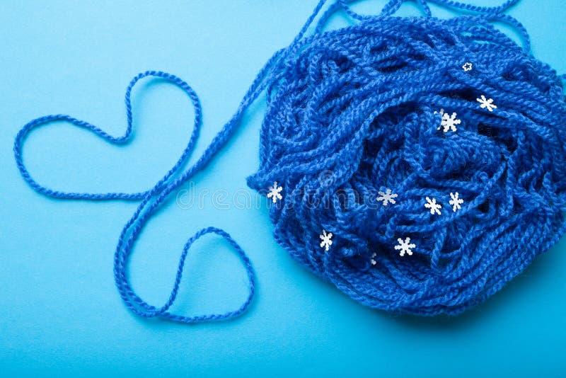 Une boule de fil bleu pour tricoter et d'un coeur présenté d'un fil images libres de droits