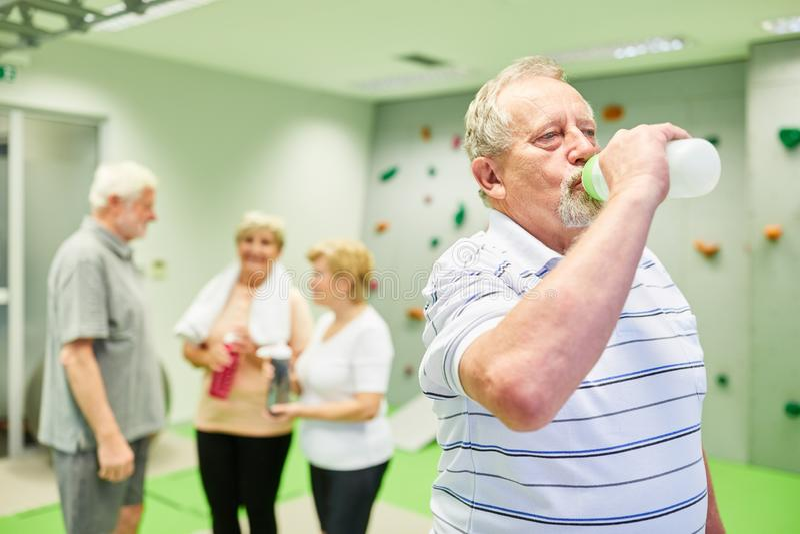 Une bouteille d'eau pour les personnes âgées qui ont soif images libres de droits