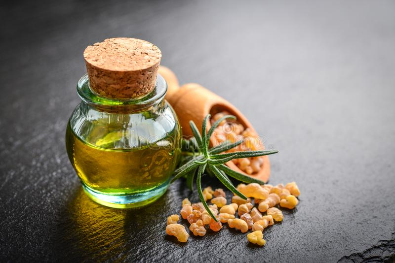 Une bouteille d'huile essentielle d'encens images libres de droits
