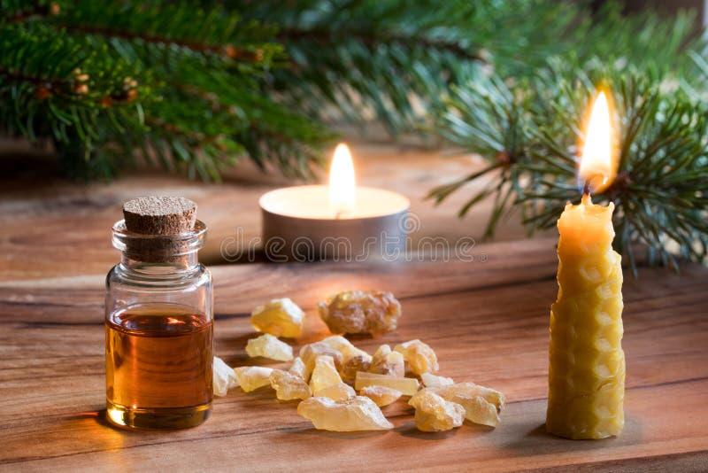 Une bouteille d'huile essentielle d'encens, Noël dénommé photo stock