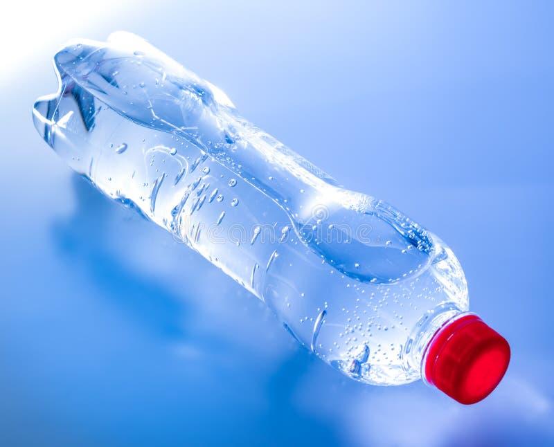 Une bouteille de l'eau minérale aux nuances bleues Vue de c?t? sup?rieure images stock