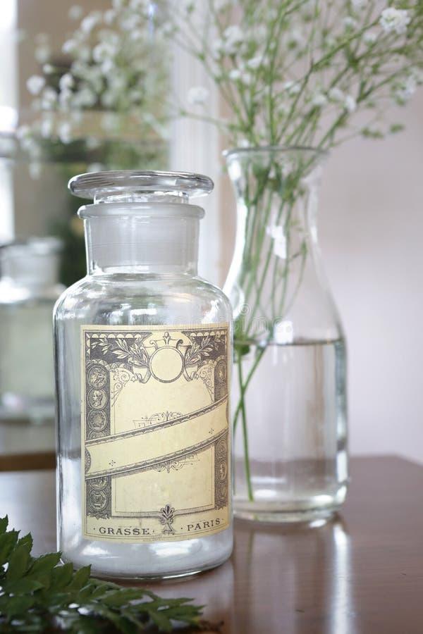 Une bouteille de parfum de cru image libre de droits