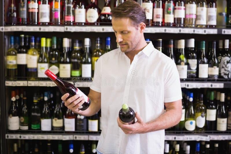 Download Une Bouteille De Vin De Regard Belle Image stock - Image du cueillette, mâle: 56487173