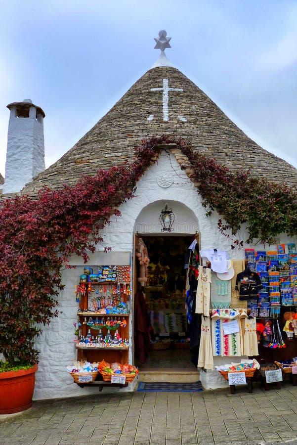 Une boutique de souvenirs typique dans Alberobello image libre de droits