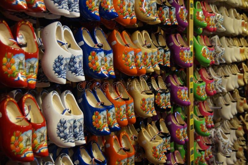 Une boutique pour acheter les chaussures en bois néerlandaises traditionnelles célèbres (entraves) - klompen photos libres de droits