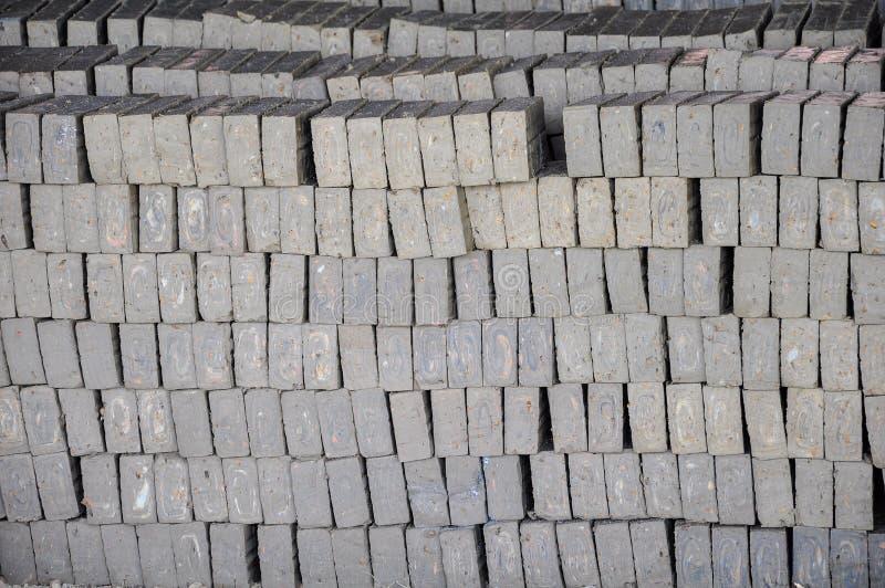Une brique sont deux catégories de base des briques sont mises le feu et les briques non-mises le feu photos stock