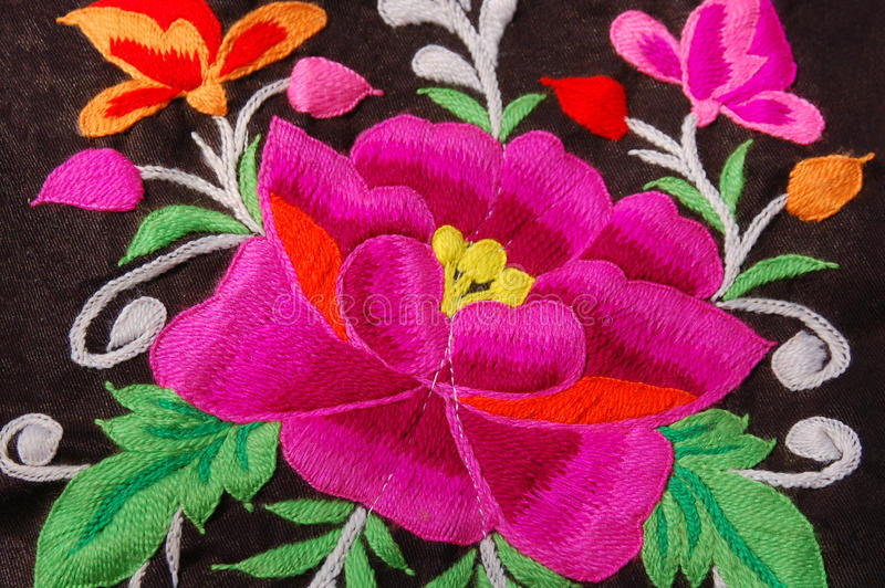 Une broderie traditionnelle de main florale photographie stock