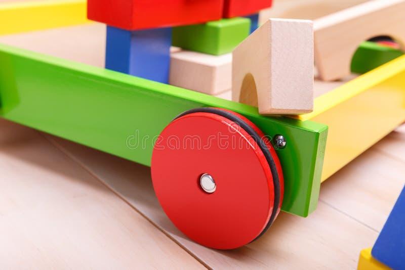 Une brouette colorée avec des briques photo libre de droits