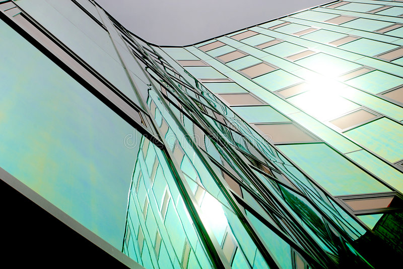 Une bureau-construction moderne, équipée du mur se reflétant coloré photographie stock