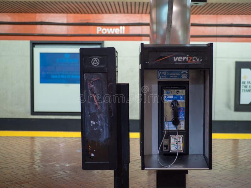 Une cabine de téléphone mal peignée dans un tunnel de train à San Francisco photographie stock libre de droits
