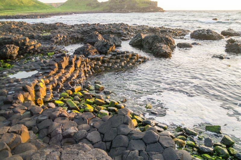 Une calanque sur la Chaussée des Géants, Irlande du Nord photographie stock