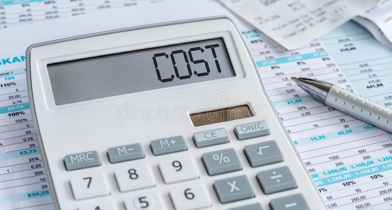 Une calculatrice avec le coût de mot sur l'affichage photo stock
