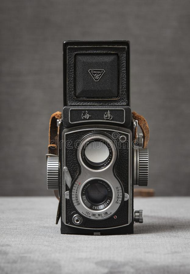 Une caméra réflexe de lentille de jumeau de la mouette 4 TLR avec la courroie brune avec un fond gris, Nottingham, R-U - janvier  photo libre de droits