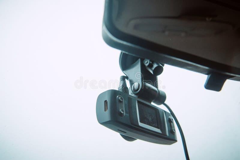 Une came de tiret de voiture a monté sur le pare-brise plan enregistrant le trafic en avant en cas de situation d'urgence ou d'ac photos libres de droits
