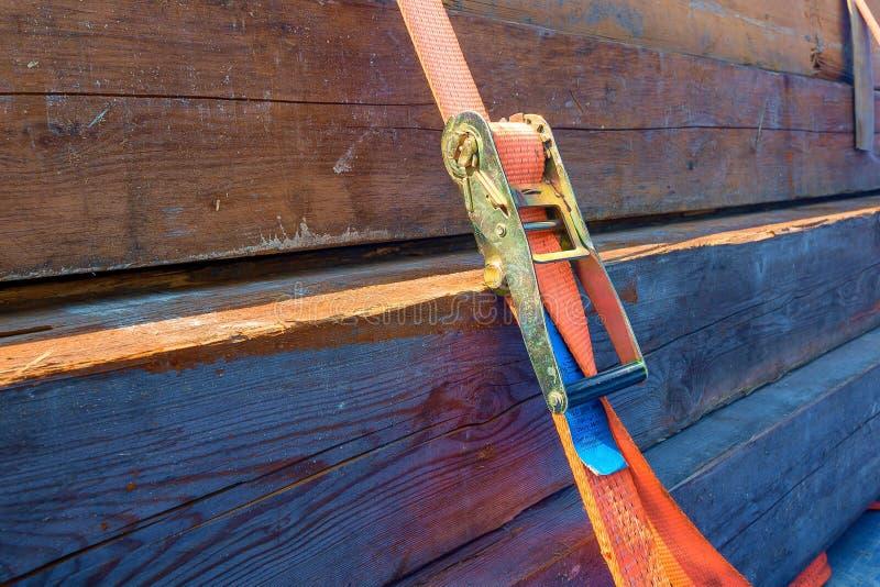 Une cargaison fixée avec une ceinture de tension image stock