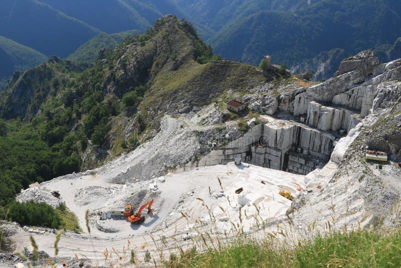 Une carri?re du marbre blanc Le marbre blanc précieux a été extrait à partir des carrières d'Alpi Apuane depuis les époques romai photos libres de droits