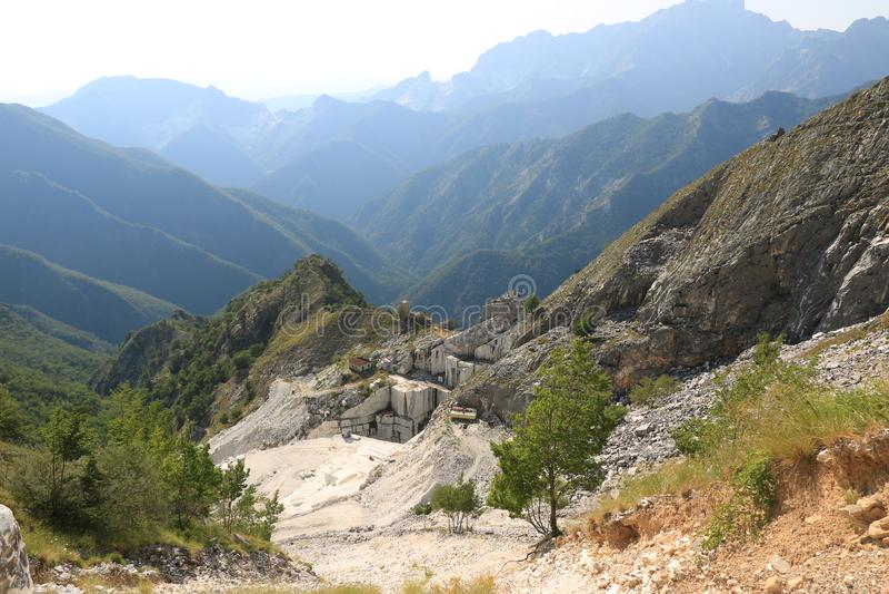 Une carri?re du marbre blanc Le marbre blanc précieux a été extrait à partir des carrières d'Alpi Apuane depuis les époques romai photos stock