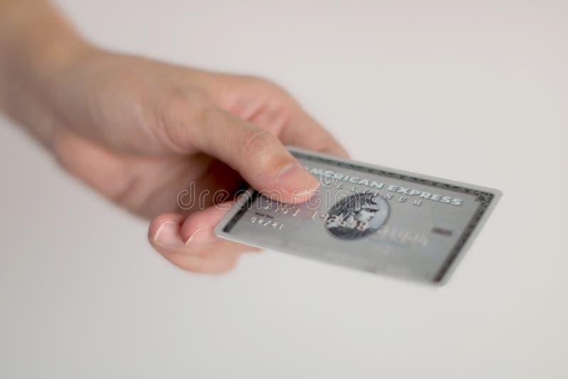 Une carte de crédit d'American Express de participation de personne pour le paiement photos libres de droits