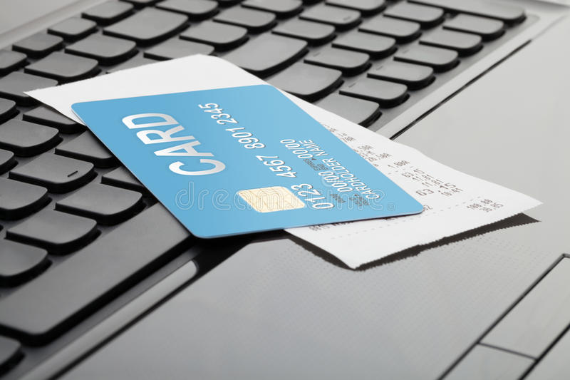 Une carte de crédit et un reçu au-dessus de clavier d'ordinateur comme symbole des achats en ligne photo stock