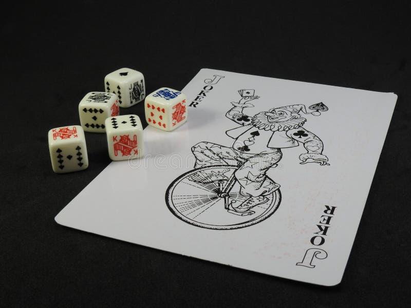 Une carte de jeu avec le chiffre de joker et le tisonnier cinq découpe photos libres de droits