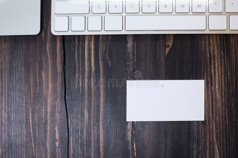 Une carte de visite vide sur un lieu de travail photographie stock libre de droits