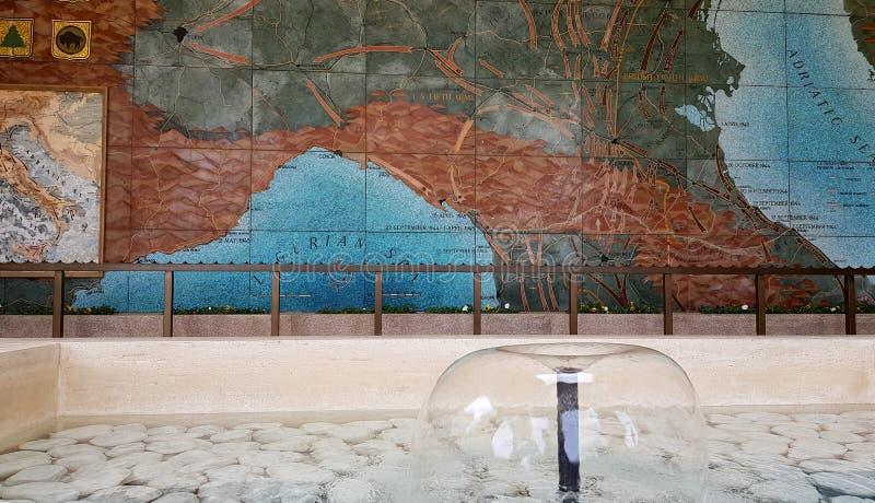 Une carte des désaccords pendant la deuxième guerre mondiale et une fontaine dans Florence American Cemetery et le mémorial, Flor image stock