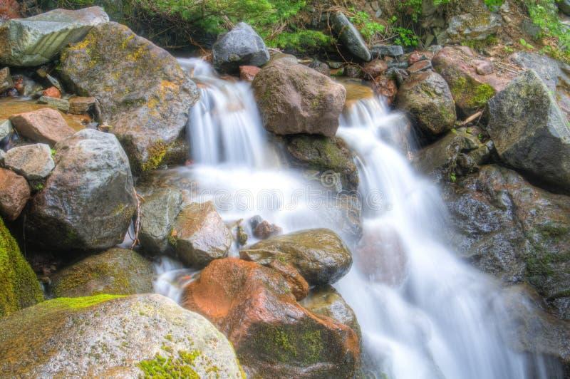 une cascade à écriture ligne par ligne plus pluvieuse photographie stock