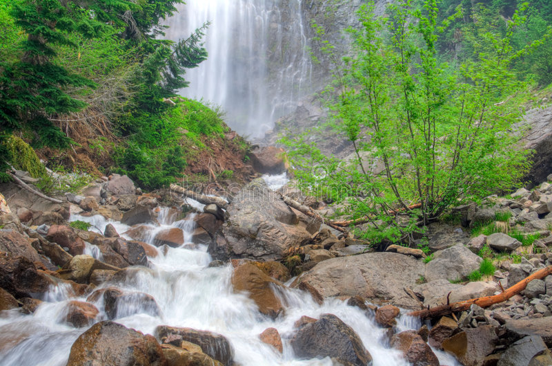 une cascade à écriture ligne par ligne plus pluvieuse photos stock
