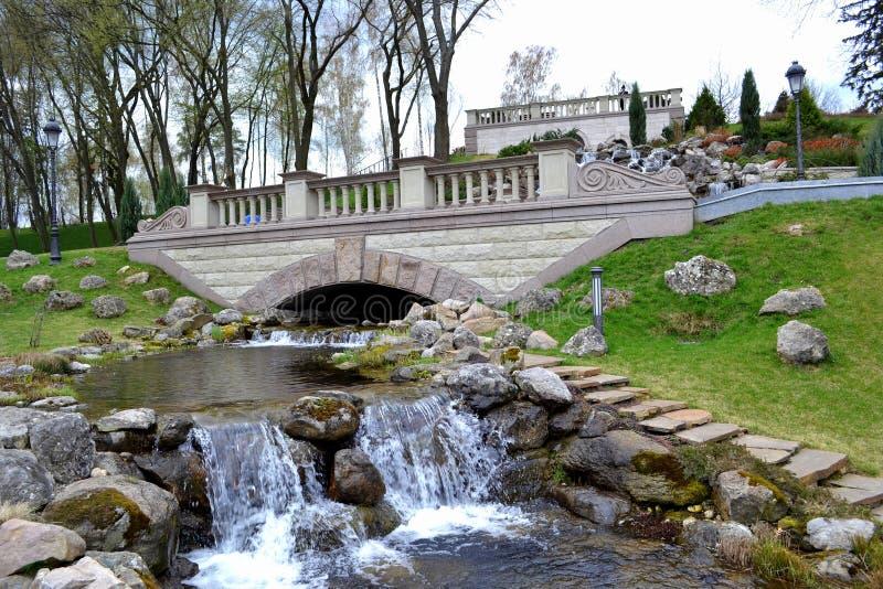 Une cascade artificielle en parc de ville photos stock