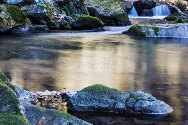 Une cascade et une piscine magiques photo stock